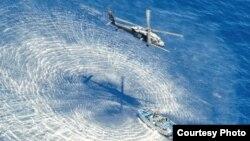 救援直升飛機盤旋載運傷患的小艇上空之二(美國空軍提供)