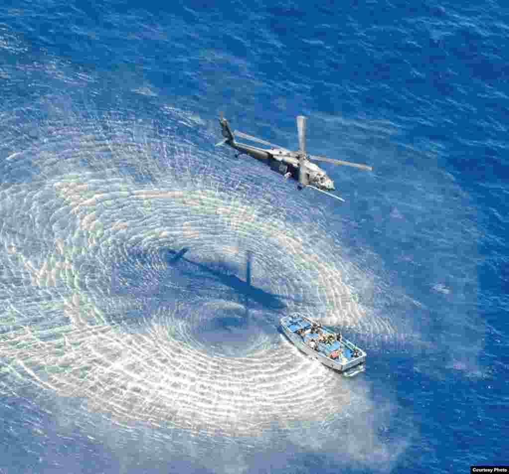 救援直升飞机盘旋载运伤患的小艇上空之二(美国空军提供)