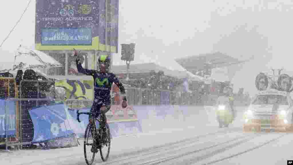 Nairo Quintana, da Colômbia, comemorando a vitória na corrida de ciclismo Tirreno-Adriatico.