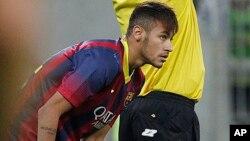 Vestido de azulgrana, Neymar hizo su estreno en un partido amistoso en Polonia.