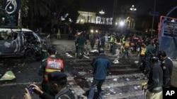 Polisi dan petugas keamanan memagar betis lokasi terjadinya pemboman mematikan di Lahore, Pakistan, Senin, 13 Februari, 2017. (AP Photo/K.M. Chaudhry)