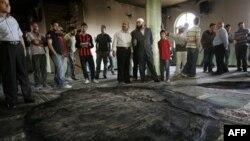 В мечети, пострадавшей от пожара. Западный берег. 7 июня 2011 года
