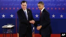美国总统奥巴马和共和党总统候选人罗姆尼10月16日在第二场辩论结束时握手