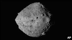 ARCHIVO - En esta imagen sin fecha proporcionada por la NASA se muestra al asteroide Bennu desde la sonda espacial Osiris-Rex. (NASA/Goddard/University of Arizona/CSA/York/MDA vía AP)