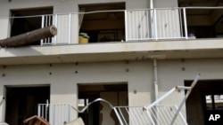 在海啸中被毁坏的一栋公寓楼至今还没有修复