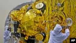 Các kỹ sư Ấn Độ chuẩn bị phi thuyền không gian phóng lên Sao Hỏa, tại trung tâm vệ tinh của Tổ chức Nghiên cứu Không gian của Ấn Độ ở Bangalore
