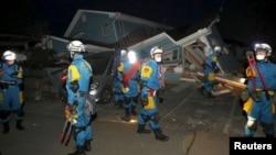 지진 현장에서 수색 작업을 벌이는 일본 경찰