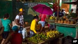 쿠바 아바나의 '엘에기도' 시장에서 주민들이 식료품을 사고 있다. (자료사진)