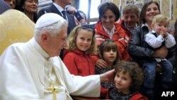 Папа Бенедикт XVI: контрацептиви оправдані, але лише в деяких випадках
