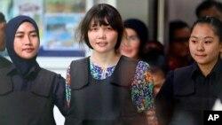Đoàn Thị Hương (giữa) bị giải đến tòa án ở Malaysia.