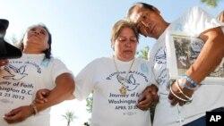 亞利桑那州非牟利團體人士2012年6月25日等候美國最高法院對有關移民法的判決