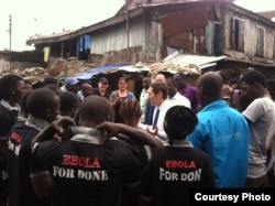FILE - CDC Director Dr. Tom Frieden talks with Ebola survivors in Magazine Wharf, Sierra Leone. (Courtesy - U.S. Centers for Disease Control)