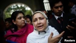 Farhat Quader Chowdhury, istri Salauddin Quader Chowdhury, memberikan keterangan kepada media pasca diumumkannya keputusan pengadilan kejahatan perang Bangladesh di Dhaka (1/10).