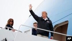پرزیدنت ترامپ روز جمعه به همراه پسرش بارون (وسط) و همسرش ملانیا راهی آلاباما شد