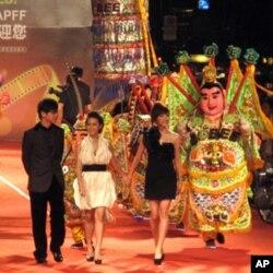 台湾民俗的哪咤三太子和歌手品冠、中国娃娃