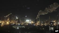 图为悉尼以南一处钢铁厂的烟囱正在冒出浓烟。