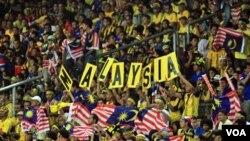 Suporter tim sepakbola Malaysia saat partai final pertama turnamen AFF Suzuki Cup di Stadion Bukit Jalil, Malaysia.
