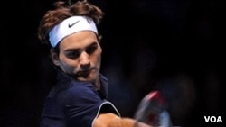 Roger Federer beraksi dalam Barclays ATP World Tour Tennis Finals di London, 26 November 2009.