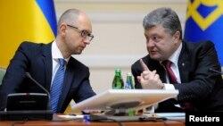 10일 우크라이나 키예프에서 열린 회의에서 페트로 포르셴코 대통령(오른쪽)이 아르세니 야체뉵 총리와 대화를 나누고 있다.