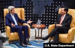 2016年5月24日美国国务卿约翰·克里和胡志明市委书记丁罗升在胡志明市见面