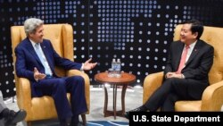 Ông Kerry (trái) trong lần ghé Việt Nam hồi năm 2016, khi ông Đinh La Thăng còn là Bí Thư Thành Ủy Sài Gòn.