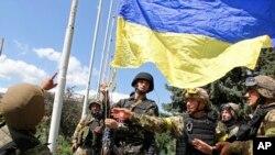 Tentara Ukraina mengibarkan bendera saat merebut wilayah pemberontak di Slovyanks, Ukraina timur (foto: dok).