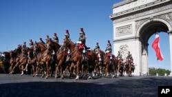 Arhiva - Francuska Republikanska garda jaše na konjima prolazeći ispod Trijumfalne kapije u Parizu, 14. jula 2017. Redovnu paradu za Dan Bastilje otvorile su američke trupe koje su bile u počasnoj poseti, zajedno sa predsednikom SAD Donaldom Trampom