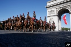 14일 프랑스 파리에서 열린 '바스티유 데이' 퍼레이드 참가 기마대가 개선문 앞을 지나고 있다.