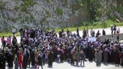 روز چهارشنبه صدها سوری، که بیشتر آنان زنان و کودکان بودند، برای اعتراض به بازداشت مخالفان دولت یک بزرگراه عمده ساحلی را بستند