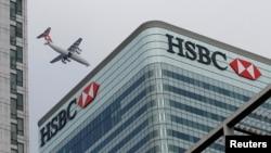 Máy bay trên bầu trời khu vực trung tâm tài chính của London.