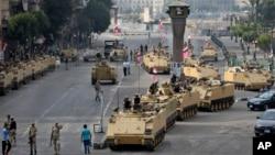 Tentara Mesir berkendaraan lapis baja menjaga ketat sebuah jalur menuju lapangan Tahrir di Kairo, Mesir, Jumat (16/8).