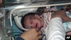 从地震废墟中救出的小女婴