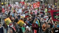 Para demonstran memprotes pemerintahan Partai Konservatif di dan kebijakan penghematannya di London, Inggris (20/6). (AP/Tim Ireland)