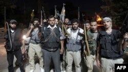 Pemberontak dari brigade Tawheed di Tal Rifaat, utara Aleppo, bersiap untuk bertempur melawan pasukan Suriah di Aleppo (2/8).