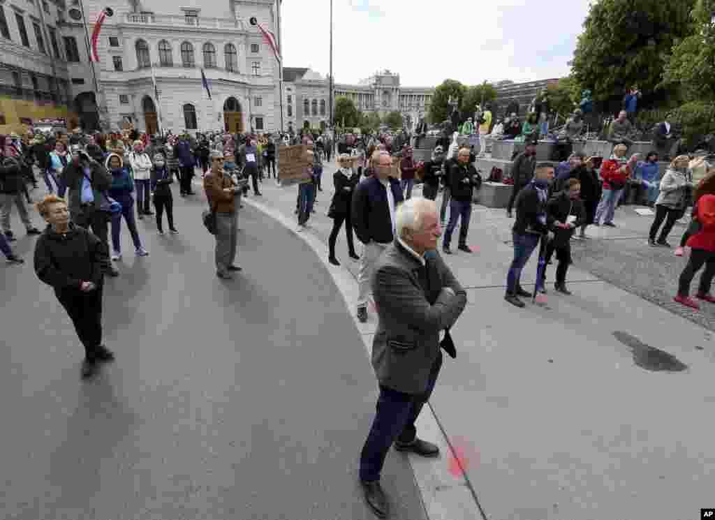 نمایی از تجمع روز جهانی کارگر در شهر وین اتریش که معترضان با رعایت فاصله تجمع کردهاند.