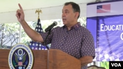 William Heidt, ambassador of the United States to Cambodia, highlights the importance of education at the Education Fair in the US Embassy in Cambodia, Sunday, October 30, 2016. (Kann Vicheika/VOA Khmer)