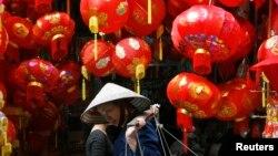Người dân cho biết họ mua các đèn lồng của Trung Quốc với giá từ 75.000 tới 100.000 đồng để về treo trong dịp Tết mà không biết nội dung của dòng chữ tiếng Hoa ghi trên đó.