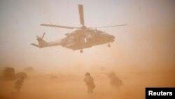 Un hélicoptère militaire NH 90 Caiman de l'opération Barkhane décolle à Inaloglog, au Mali, le 17 octobre 2017.