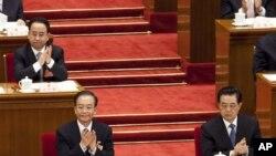 2012年3月11日,胡錦濤的忠實助理令計劃(左上角)坐在離胡不遠的位置出席全國人大會議。幾天后,據稱他的兒子帶裸女飆車出事喪生。