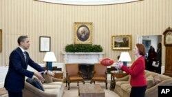奥巴马总统在白宫椭圆形办公室把美式足球传递给澳大利亚总理