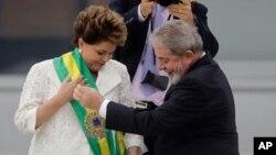 룰라 다 실바 前 브라질 대통령(오른쪽)이 1일 브라질 수도 브라질리아의 대통령궁에서 거행된 대통령 취임식에서 지우마 호세프 신임 대통령에게 대통령 휘장을 걸어주고 있다.
