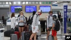 图为芝加哥机场戴口罩的航空旅客(2020年11月20日)