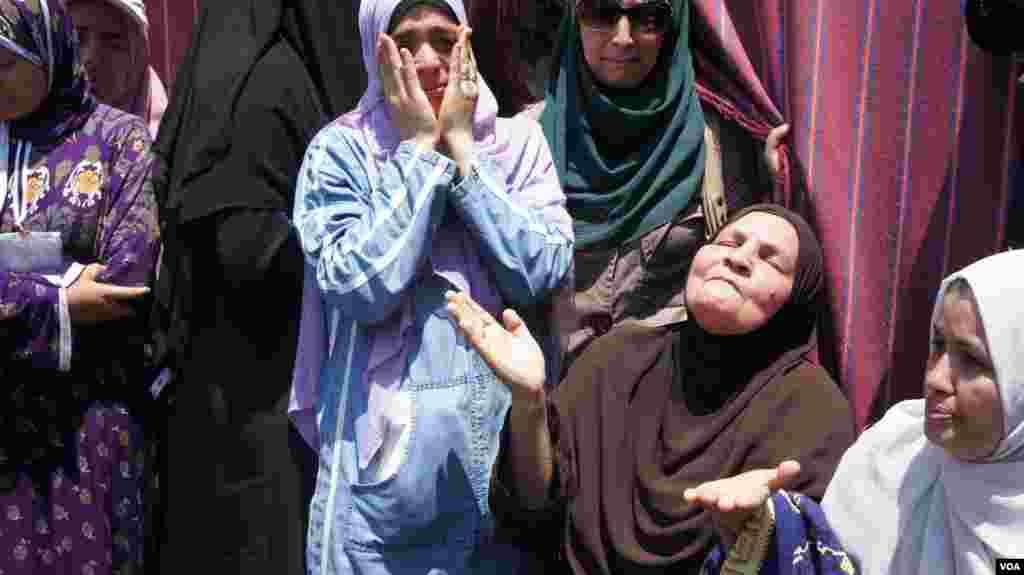 A woman mourns outside the pro-Morsi encampment in Cairo, July 27, 2013, (Elizabeth Arrott/VOA).