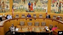 紐森州長因為新冠病毒流行期間下達過幾十項緊急行政命令而受到州議會和反對黨質疑。圖為加州眾議院預算委員會4月16日就紐森的一項開支召開聽證會(美聯社資料照)