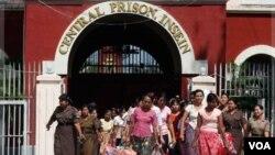 Para tahanan perempuan Burma yang baru saja dibebaskan dari penjara Insein di Rangoon (12/10).