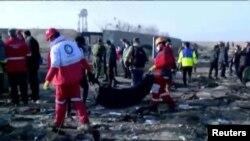 Equipos de emergencia trabajan en los escombros del avión de Ukraine International Airlines con 176 personas a bordo (Foto: Reuters)