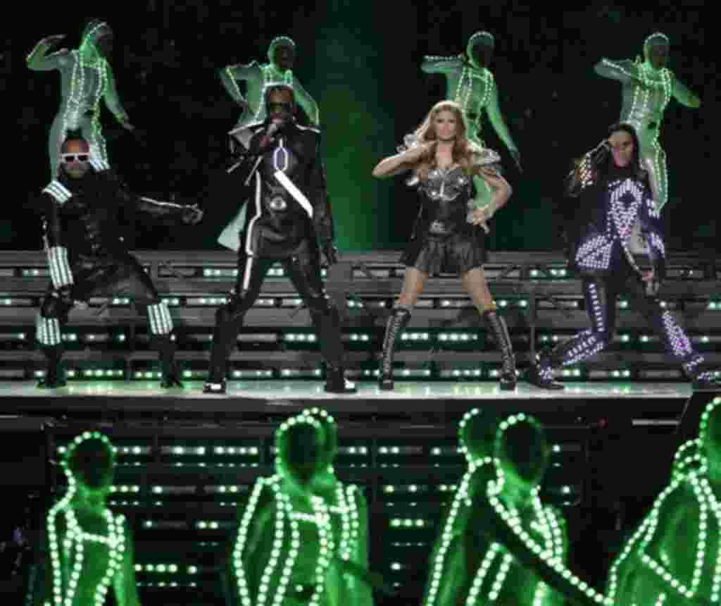 The Black Eyed Peas actuaron durante el descanso de mitad del partido de la NFL de fútbol el pasado domingo.