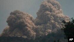印度尼西亞的羅卡滕達火山於上星期日噴發.