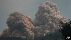 Gunung Rokatenda terlihat mengeluarkan asap dan materi vulkanik di Pulau Palue, Nusa Tenggara Timur (11/8).