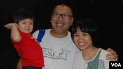 香港市民任先生與太太帶同3歲的兒子參加國民教育家長關注組的六四座談會